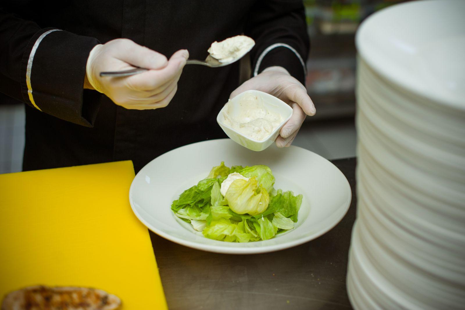 Соус для салата цезарь, состав, рецепты - классический рецепт