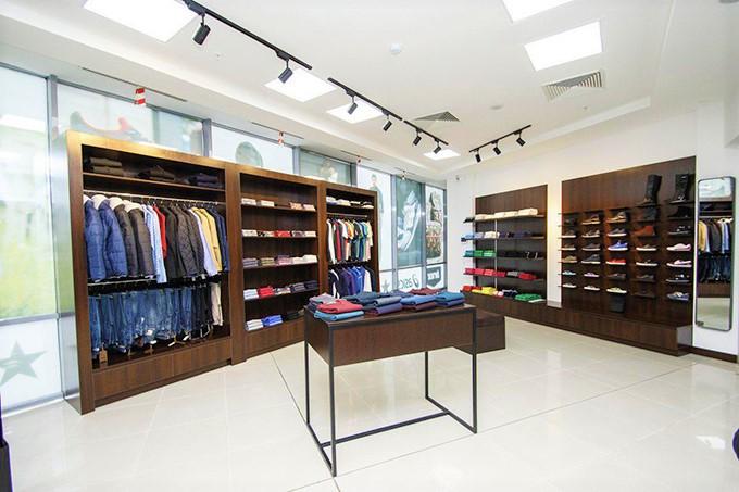 41021f10 Магазин спортивной одежды и обуви. В магазине действуют скидки от 10% до  50% на все товары, кроме товаров из новой коллекции.