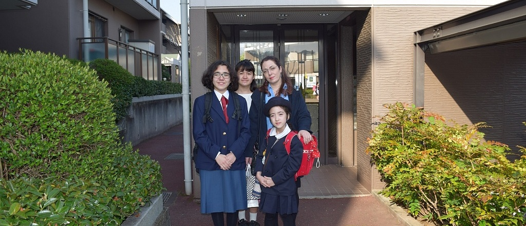 children-clean-school-and-walk-outside-in-a-t-shirt-in-the-winter-how-schools-arranged-in-japan